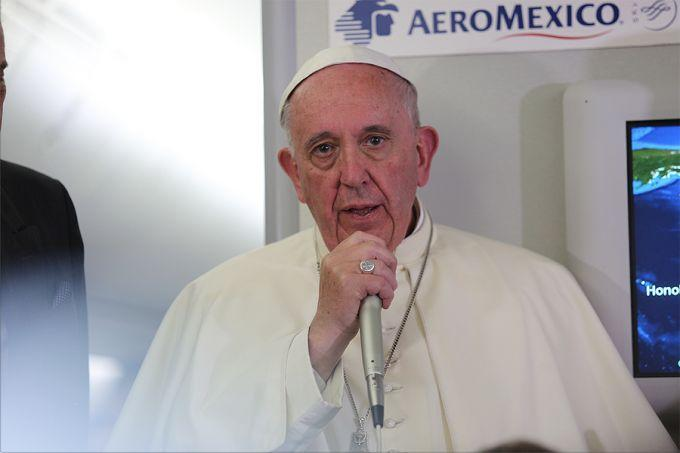 Pope_Francis_aboard_the_papal_flight_from_Mexico_to_Rome_on_Feb_17_2016_Credit_Alan_Holdren_CNA_2_18_16