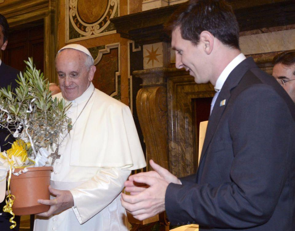 VATICAN CITY, VATICAN - AUGUST 13: Pope Francis exchanges gifts with Gianluigi Buffon of Italy and Lionel Messi of Argentina (R) during a private audience at The Vatican on August 13, 2013 in Vatican City, Vatican. (Photo by Claudio Villa/Getty Images)