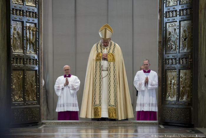 This HO picture provided by Vatican newspaper L'Osservatore Romano show Pope Francis closes the Holy Door at Saint Peter's Basilica to mark the end of the Jubilee of Mercy at the Vatican, 20 November 2016.  ANSA/OSSERVATORE ROMANO EDITORIAL USE ONLY